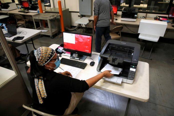 Una trabajadora electoral en un centro electoral del condado de Clark en el norte de Las Vegas, Nevada (REUTERS/Steve Marcus)